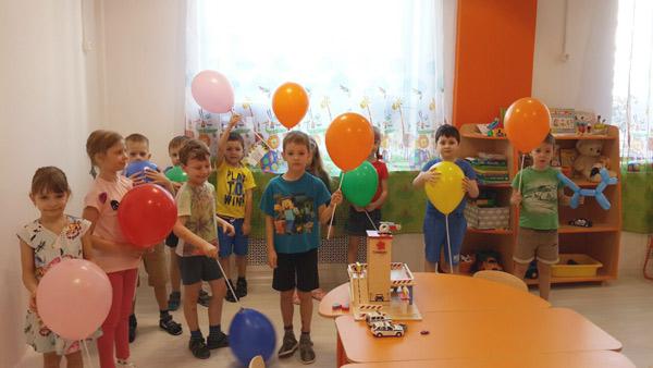 Дети в детском саду празднуют новоселье в новую группу