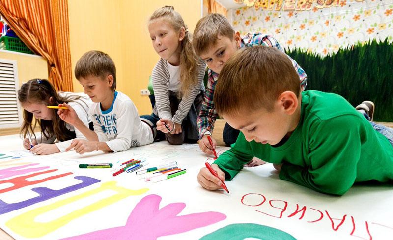 """Дети рисуют плакат для детского сада """"Юла"""""""